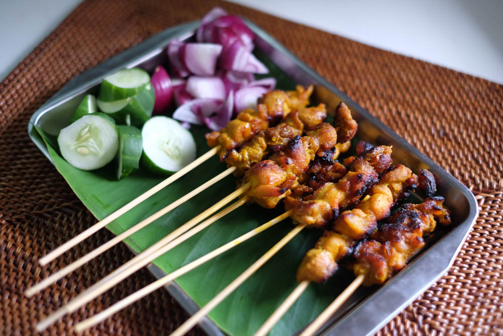 Cook satay with peanut sauce